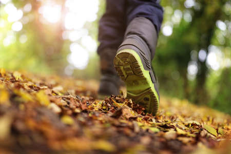 caminando: Muchacho que recorre en concepto de sendero en el otoño o el invierno para el estilo de vida saludable