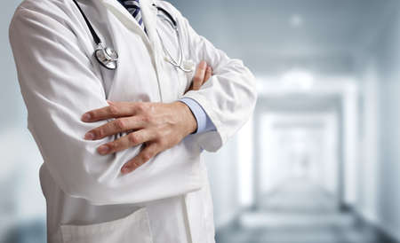 병원 병실 복도에서 근무중인 청진기와 의사