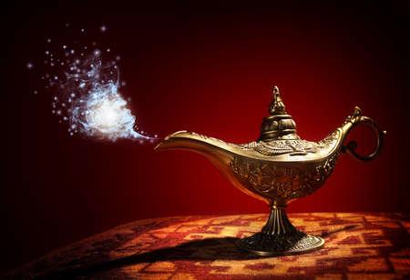 Lámpara mágica de la historia de Aladdin con Genie que aparece en azul concepto humo para desear, la suerte y la magia Foto de archivo