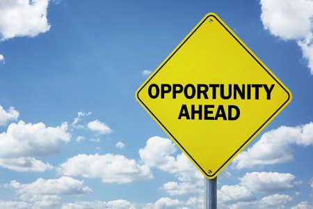 사업 개발, 진행, 선택과 방향 또는 고용 문제에 대한 도로 표지판 개념 앞으로 기회