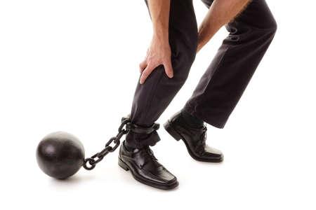 Kugel und Kette Zurückhalten eines Geschäftsmann, wie er versucht Konzept für Business-Belastung zu gehen, Willenskraft und Entschlossenheit Standard-Bild - 54427783