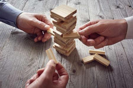 Planning, risico's en team strategie in het bedrijfsleven, zakenman gokken plaatsen van houten blok op een toren Stockfoto - 54427787