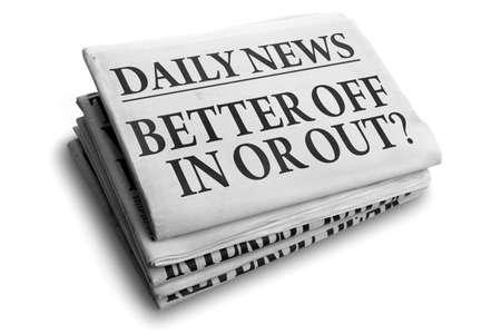 adentro y afuera: leer mejor en o fuera concepto para el referéndum o voto titular de un periódico diario de noticias quedarse o irse Foto de archivo