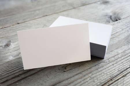 Las tarjetas de visita maqueta en blanco sobre fondo de madera Foto de archivo - 54427792