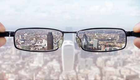 Wyraźny biznes wizjoner koncepcji biznesmen spojrzenie na finansowe dzielnicy miasta Londynu Zdjęcie Seryjne