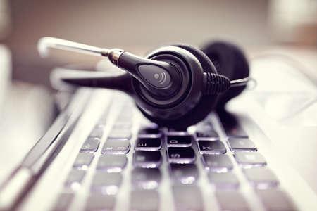 通信: VOIP ヘッドセット通信のラップトップ コンピューターのキーボードの概念で、それをサポートするコール センター、カスタマー サービス ヘルプ デスク