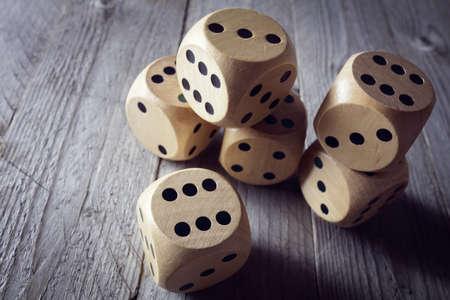 štěstí: Válcování kostky koncepce obchodního rizika, náhody, štěstí nebo hazardu