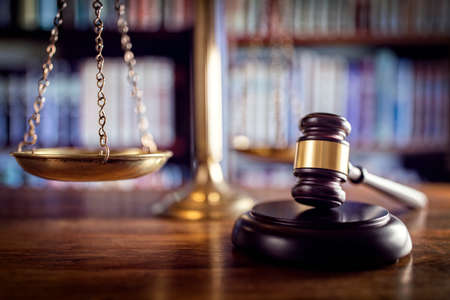 ley: Mazo del juez, escalas de la justicia y de los libros de ley en los tribunales
