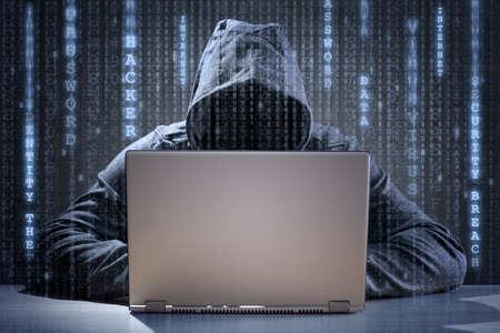 ladron: Pirata informático de ordenador que roba datos de una computadora portátil concepto de seguridad de red, robo de identidad y los delitos informáticos Foto de archivo