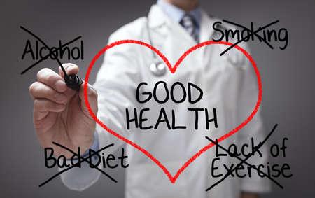 buena salud: Doctor que da buenos consejos de salud en la dieta, el tabaquismo, el alcohol y el ejercicio