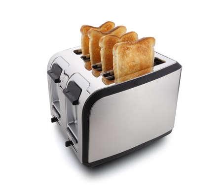 Nieuwe moderne vier slice toaster met geroosterd brood op wit wordt geïsoleerd