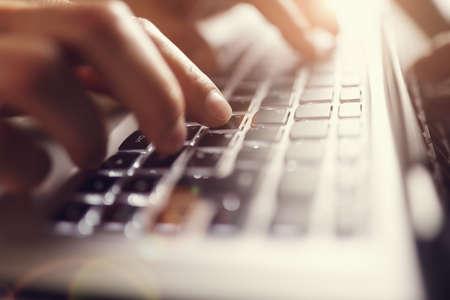 typing: Hombre de negocios usando el ordenador port�til