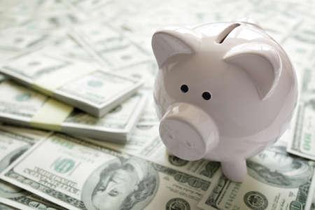 hucha en el concepto de dinero para la financiación de las empresas, la inversión, el ahorro o fondo de retiro Foto de archivo