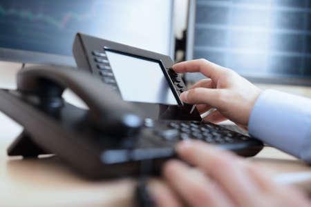 Telefon med knappsats koncept för kommunikation, kontakta oss och kundsupport