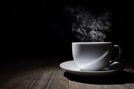 Gorąca filiżanka kawy lub herbaty z pary i miejsca na kopię