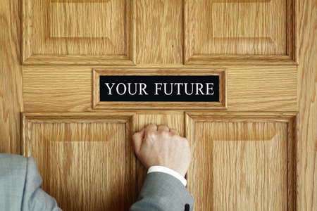 """placa bacteriana: El hombre de negocios llamando a una puerta que """"su futuro"""" concepto de oficina para las aspiraciones, cumplir con el progreso o promoción"""