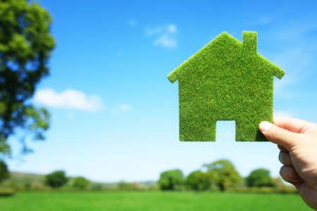 Green ekologický dům v prázdném poli konceptu pro stavebnictví a nemovitostí