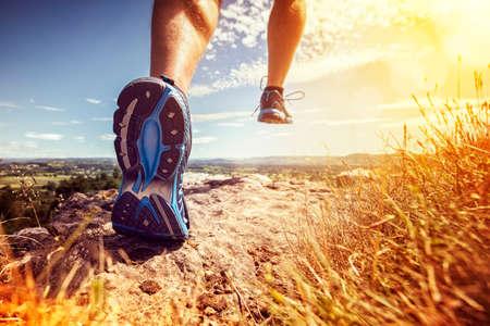 Funcionamiento al aire libre en el concepto de sol del verano para ejercitar, condición física y estilo de vida saludable a través del país Foto de archivo