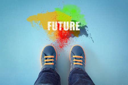 adolescencia: Pies de niño a punto de entrar en el futuro