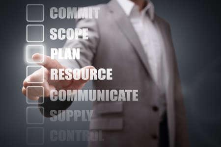 comunicarse: Selección de opciones de mesa hombre de negocios de gestión de proyectos para la planificación y la estrategia Foto de archivo