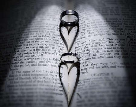 ringe: Trauringe Herz Gießen geformt Schatten über Bibel