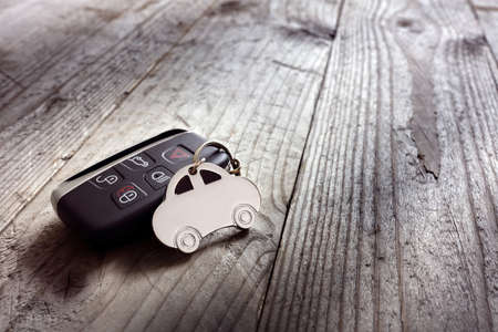Car shape keyring and keyless entry remote on wood background 版權商用圖片 - 61385927