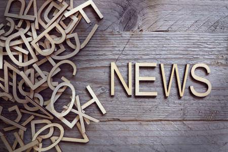 Wiadomości i pojęcia mediów drewniane listów na drewnianym tle Zdjęcie Seryjne