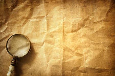 lupa: lupa de la vendimia en viejo fondo de papel de pergamino