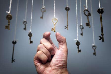Elegir la clave del éxito del concepto de claves colgantes para aspiraciones, logros e incentivos Foto de archivo