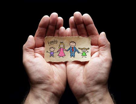 Soins familiaux avec la protection des mains croisées, concept pour l'amour, l'aide, l'assistance, la sécurité et le soin Banque d'images - 69131958