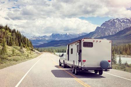 캐나다의 산악 도로에있는 캐러밴 또는 레크리에이션 차량 모터 홈 트레일러