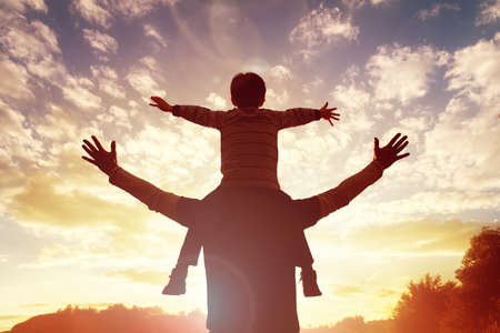 Family time father and son watch and praise the sunset 스톡 콘텐츠