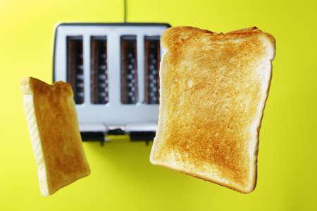 Toast oder geröstetes Brot, das vom Toaster auftaucht