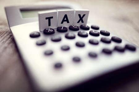 Rechner mit dem Wort Steuer in Holzblock Briefe geschrieben Lizenzfreie Bilder