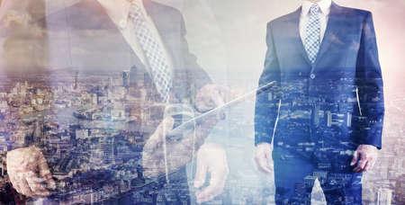 Geschäftsmann Blick über die Stadt London Finanzplatz Konzept für Unternehmer, Führung und Erfolg