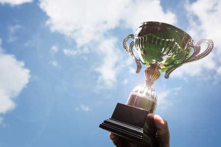 Feiern mit Trophäen-Auszeichnung für Erfolg oder erste Platz Sport-Meisterschaft gewinnen Lizenzfreie Bilder