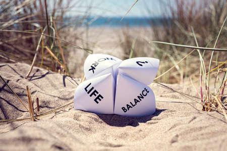 仕事の生命バランス選択のビーチ コンセプトでバカンス折り紙占い師 写真素材
