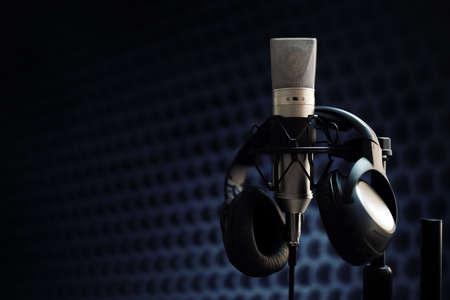 Studio Mikrofon und Kopfhörer auf Mikrofon stehen gegen grauen Hintergrund Lizenzfreie Bilder