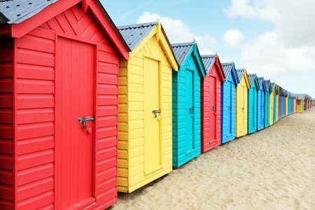 Strandhütten oder bunte Badeboxen am Strand