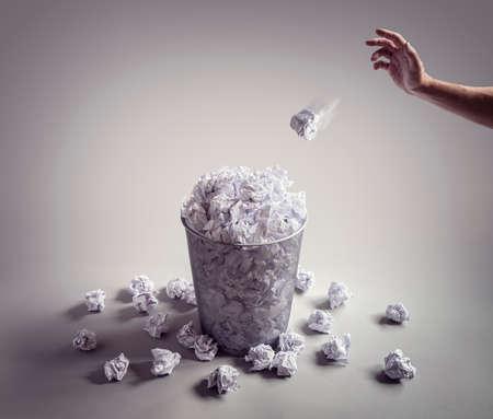Werfen Sie es in den Papierkorb oder bin Konzept für Business Frustration, Stress und Schriftsteller Block