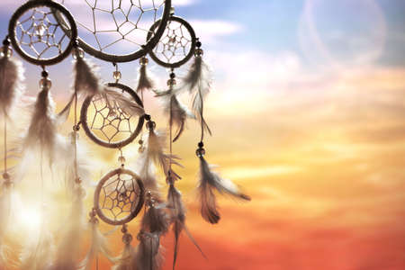 Dreamcatcher al atardecer con copia espacio
