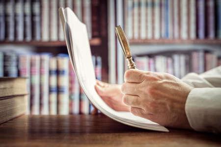Kaufmann liest Dokumente mit Lupe Konzept für die Analyse einer Finanzierung Vereinbarung oder rechtlichen Vertrag Lizenzfreie Bilder