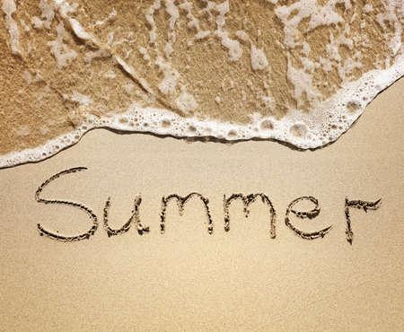 Sommer in den goldenen Sand von den Seewellen geschrieben