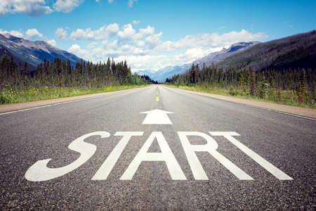 Startlijn op het snelwegconcept voor bedrijfsplanning, strategie en uitdaging of carrièrepad, kansen en verandering Stockfoto