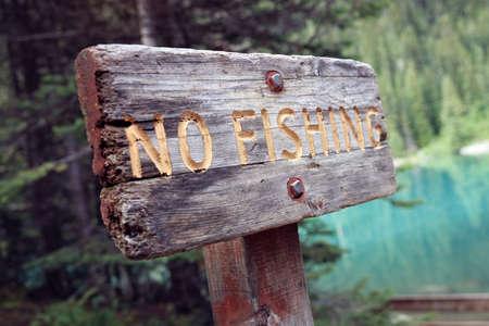 Kein Angeln verboten Warnschild am See