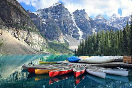 Kanus auf einer Anlegestelle am Moraine See, Banff Nationalpark in den Rocky Mountains, Alberta, Kanada