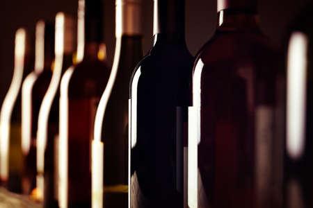 ボトル高齢行内ワイナリーのセラーでワインのコレクション 写真素材