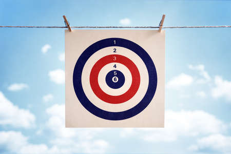 Ziel-Symbol hängt von einem Wäscheleinen-Konzept für Business-Strategie, Ziel oder Bullseye Lizenzfreie Bilder