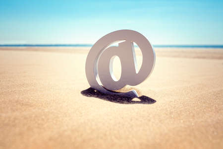 E-Mail an Symbol in den Sand am Strand