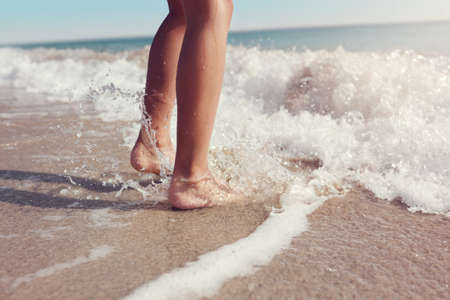 Springen in das Meer Wellen Konzept für Sommer Strand Urlaub Lizenzfreie Bilder